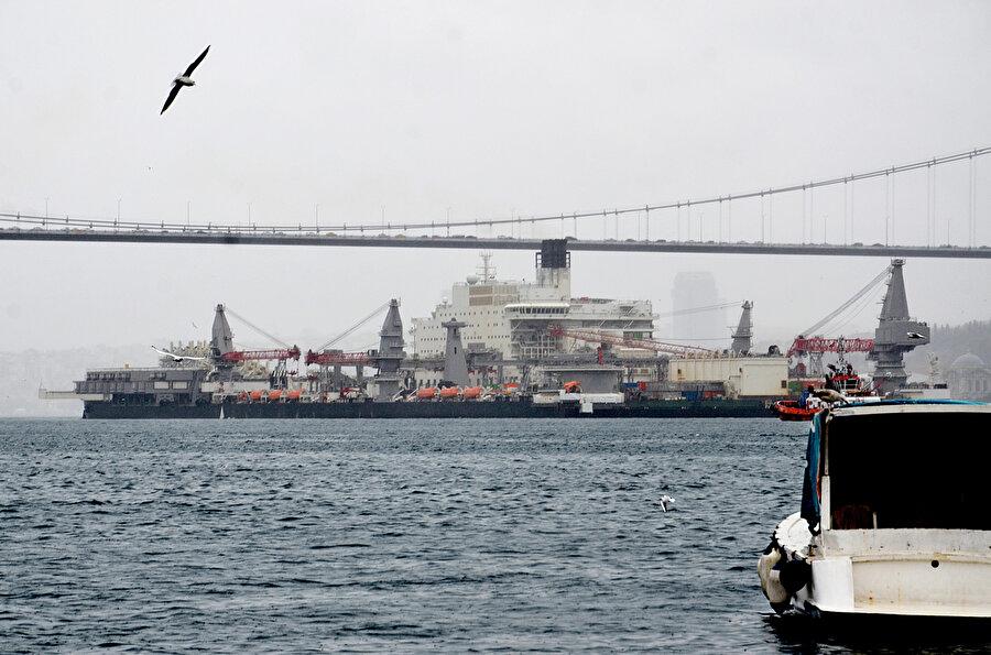 TürkAkım Doğalgaz Boru Hattı'nın derin sulardaki kısmını döşeme görevini üstlenen 382 metrelik Pioneering Spirit gemisi geçtiğimiz Kasım ayında İstanbul Boğazı'ndan geçiş yapmıştı.