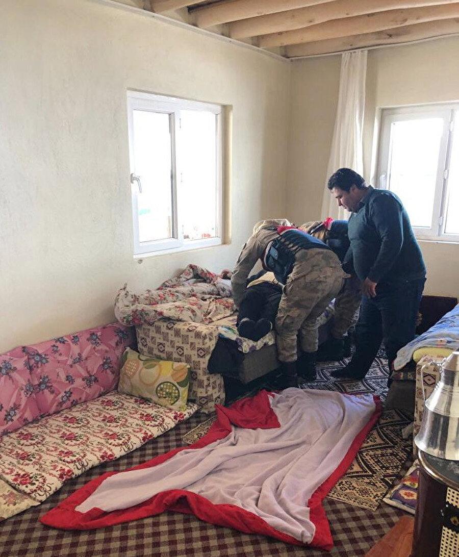 Yaşlı adam, jandarma ekipleri tarafından sedyeye alınarak, ambulansa taşındı.
