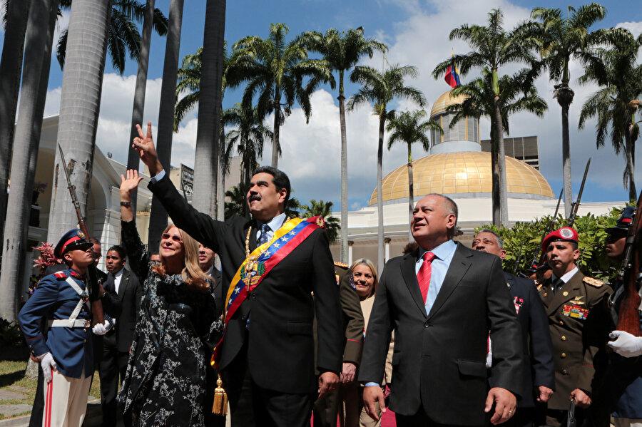 Maduro ve eşi halkı selamlıyor.