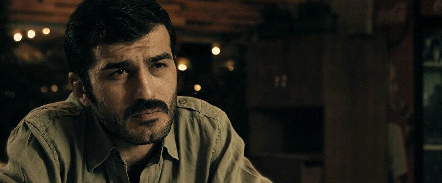 Babasının yanında çalışırken 2003 senesinde yönetmeni Zeki Demirkubuz tarafından keşfedilmiş ve Türk televizyon tarihine kazandırılmıştır.