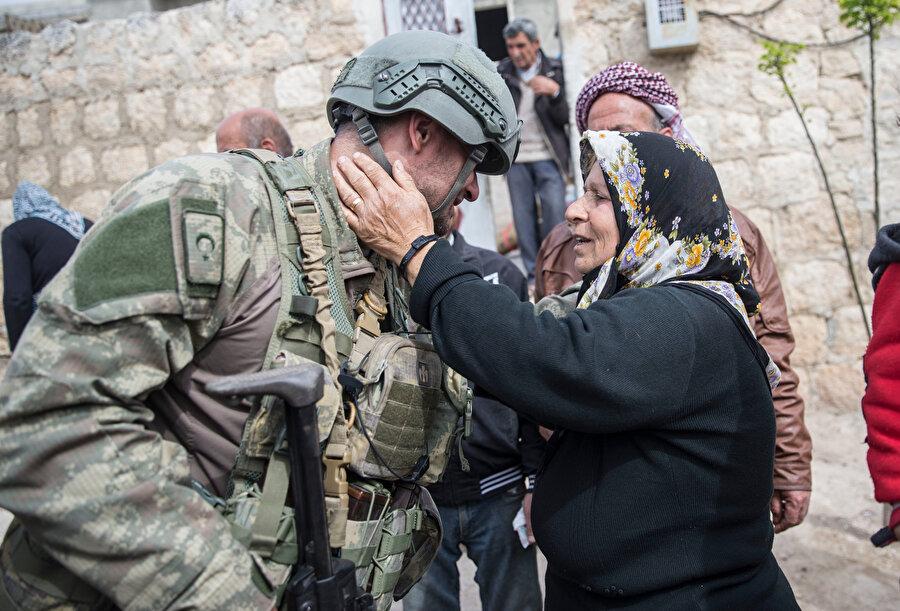 Bölge halkı askerlerimize böyle sevgi gösterisinde bulundu.