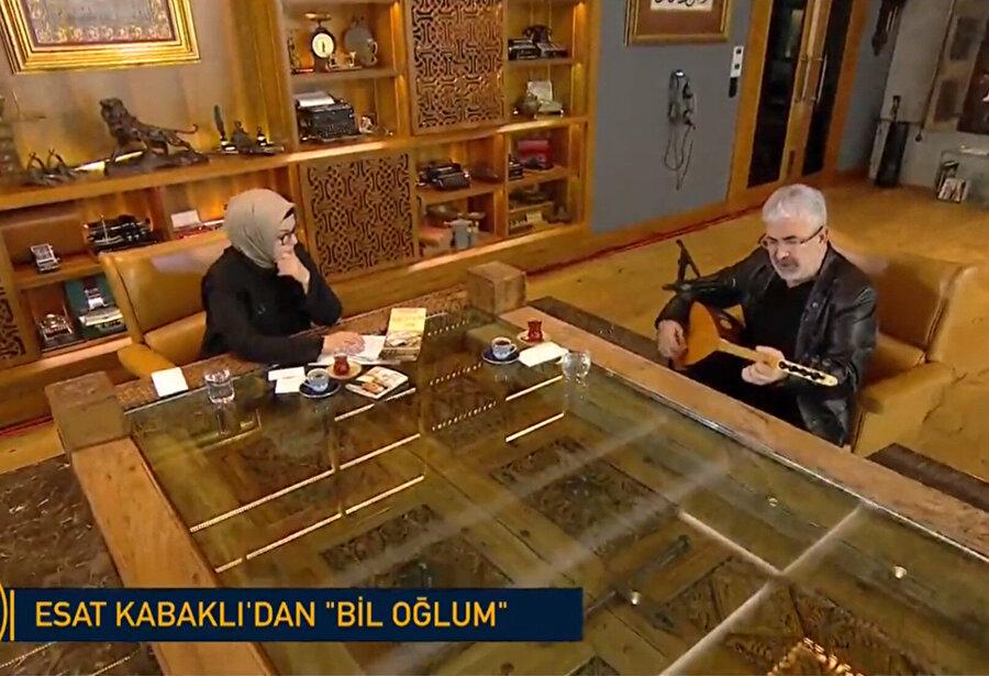Esat Kabaklı, Türk Kahvesi'nde kendisiyle özdeşleşen 'Bil Oğlum' türküsünü seslendirdi.