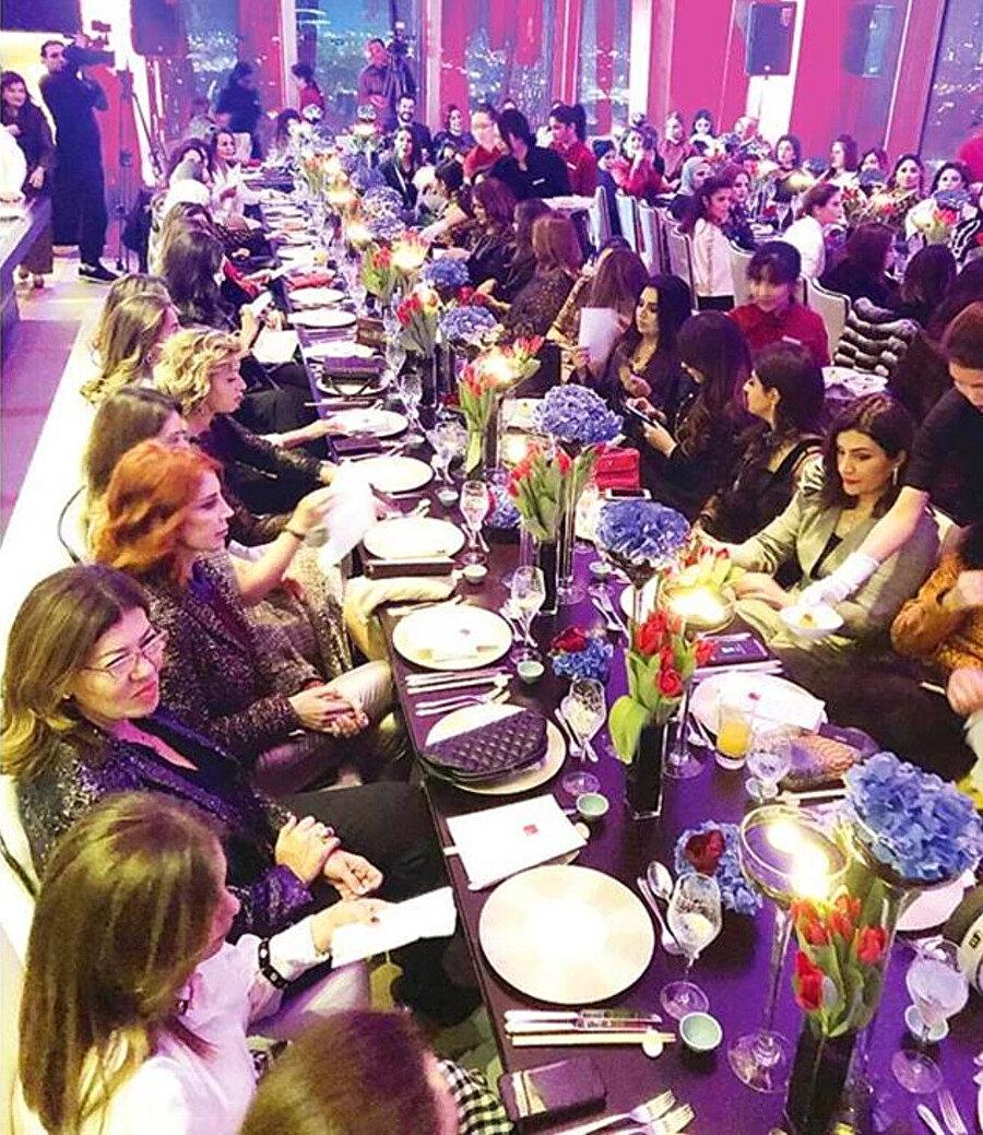 Burak Özçivit'in katıldığı yemekten görüntüler