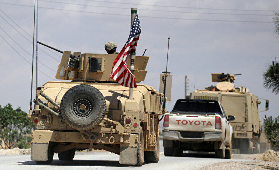 Münbiç'te ABD ordusuna ait bir askeri araç konvoyda görünüyor.