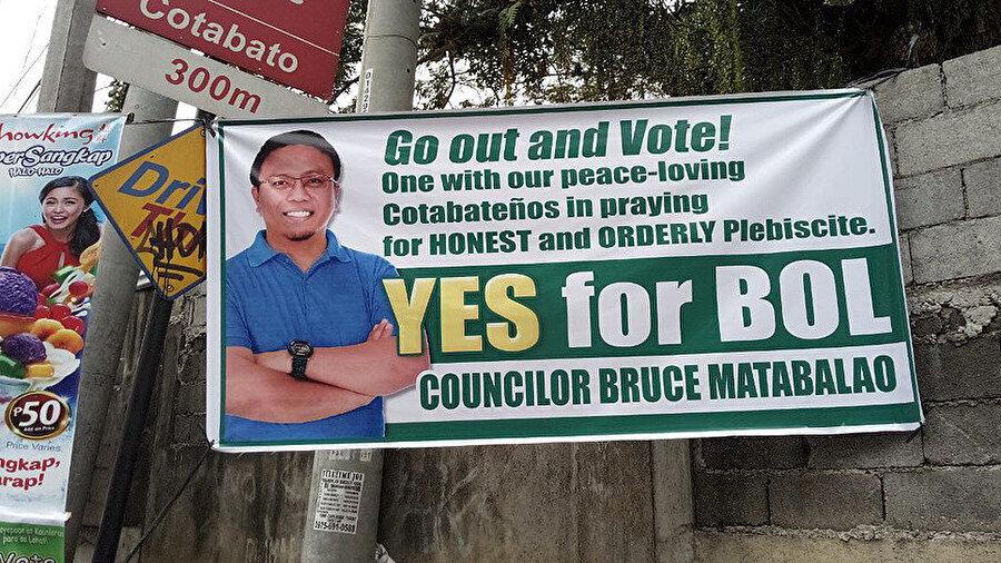 Cotabato'da tarihi referandum öncesi evet ve hayır oyu kullanılması yönünde çağrı yapan grupların kullandıkları afişler ve sloganlar şehrin genelinde dikkati çekiyor. Bangsamoro Organik Yasasının (BOL) imza sahipleri Başkan Rodrigo Duterte, MİKC lideri Hacı Murad İbrahim'in yer aldığı afişlerde 'Kültürel Tanınma için BOL', 'Federe Devletin En İyi Modeli BARMM', 'BOL ilerlemek demek', 2İslami idare için BOL', 'Şehitlerimiz için BOL' gibi sloganlar yer alıyor.