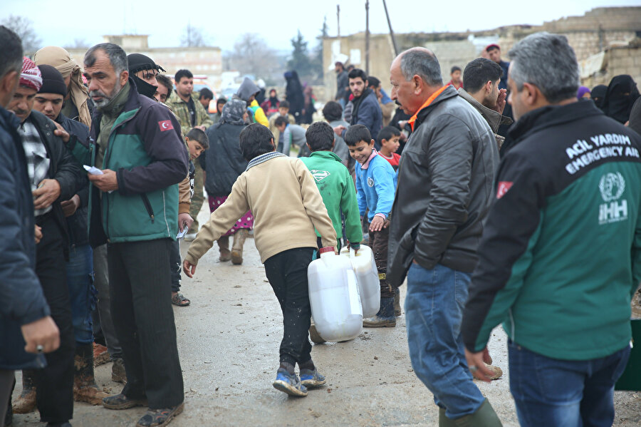 İHH İnsani Yardım Vakfı, yakacak dağıtımı gerçekleştirdi.
