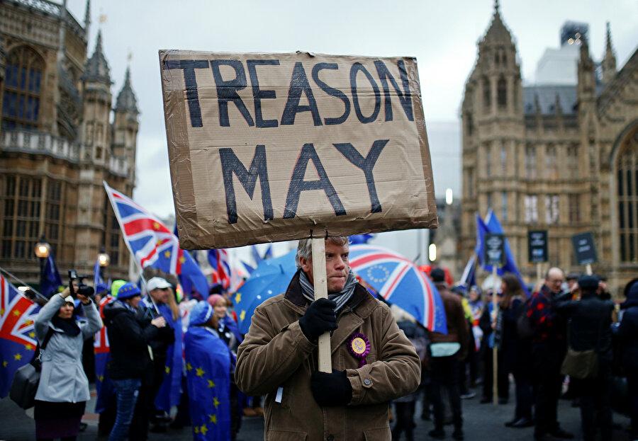 Theresa May, protestocuların hedefindeki isimdi.