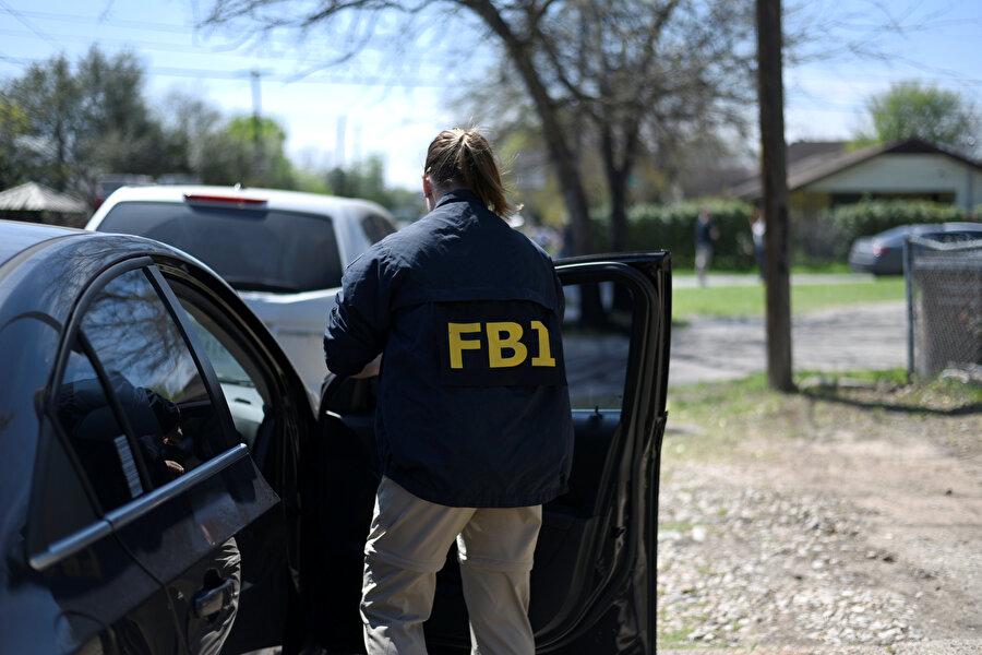 Operasyon sırasında görünen bir FBI çalışanı.