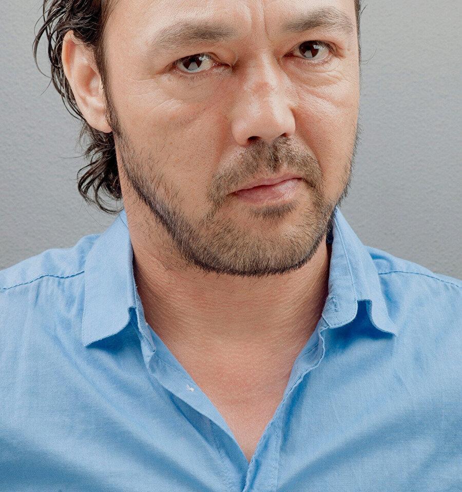 """1995-1997 yılları arasında Bursa Devlet Tiyatrosu'nda """"stajyer sanatçı"""" olarak görev yaptı."""