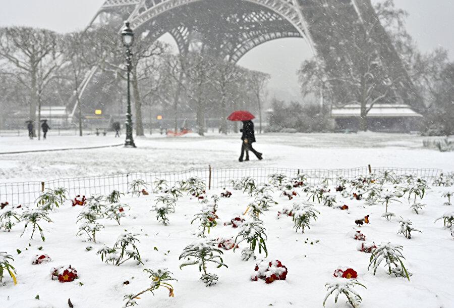 Paris'te bulunan Eyfel Kulesi'nde kar manzarası.