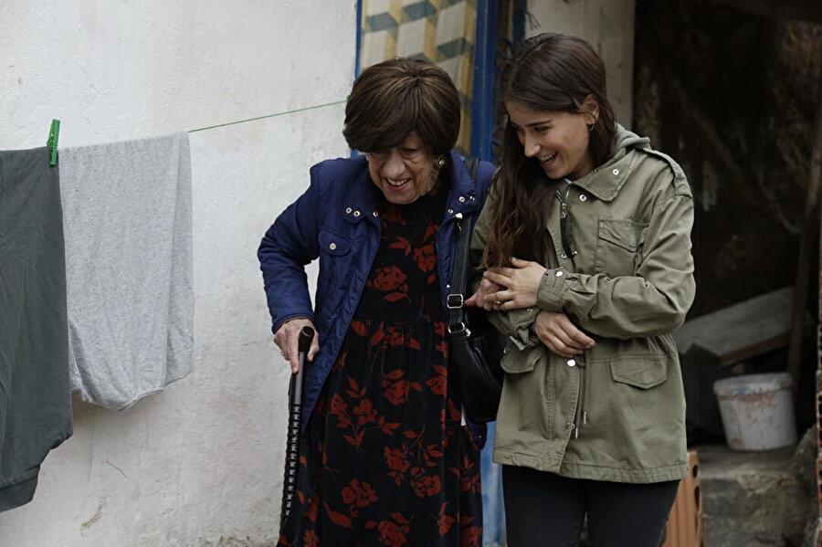 Hazal Kaya ve Ayşen Gruda.