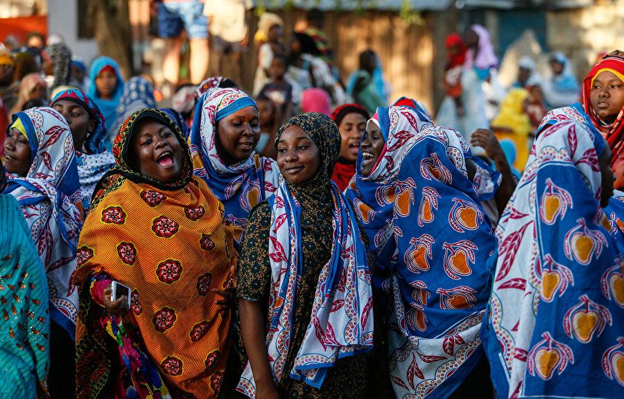 Objektife gülümseyen Zanzibarlı kadınlar.