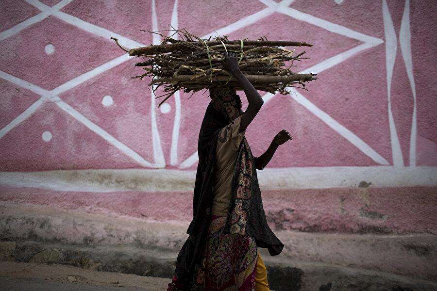 Etiyopya'da kafasının üstünde odun taşıyan kadın.