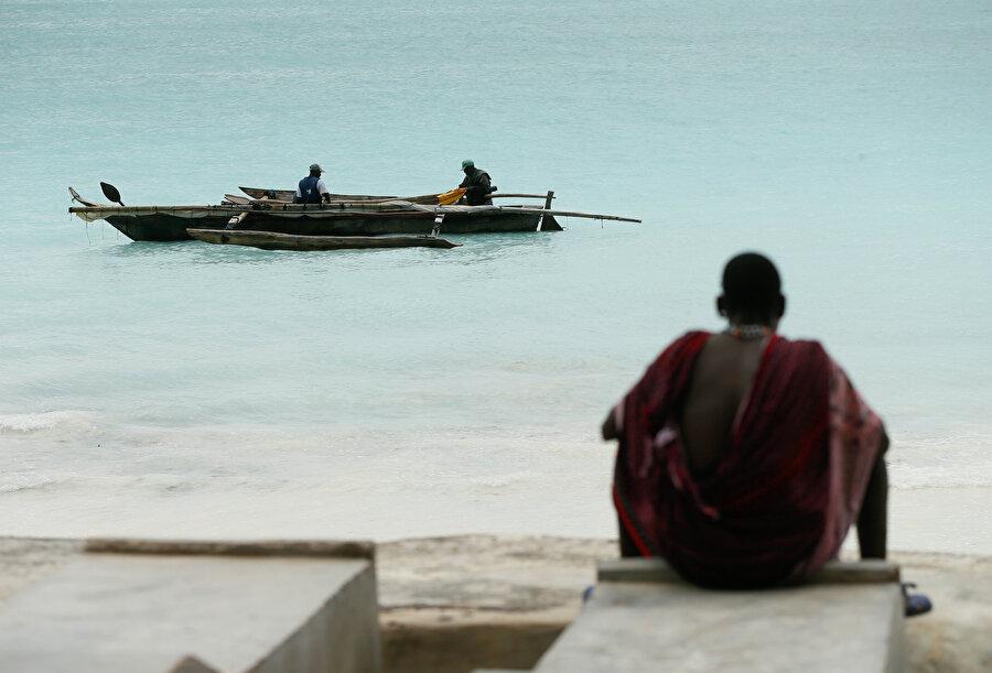 Denizi izleyen bir Tanzanyalı.