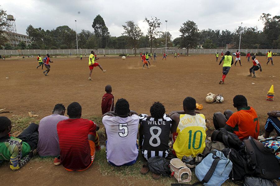Afrikalı gençlerin en büyük amaçlarından biri futbolcu olabilmek.