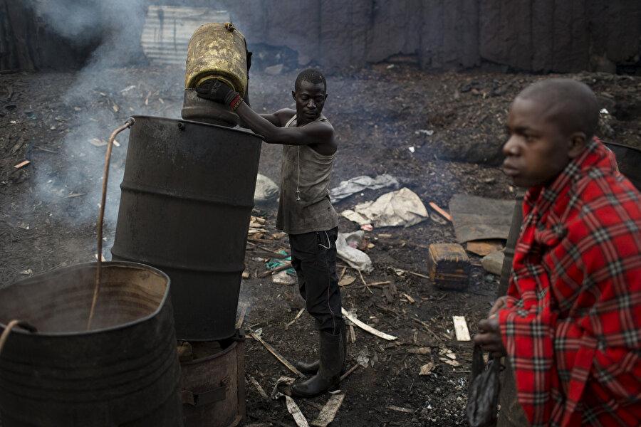 Ağır şartlarda çalışan iki Nairobili.