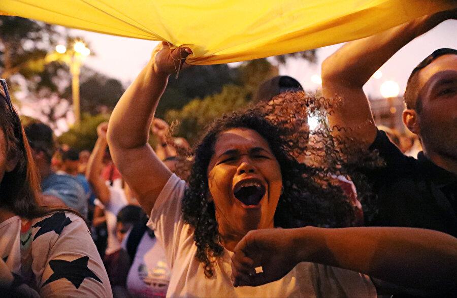 Bayrak sallayan bir Venezuelalı.