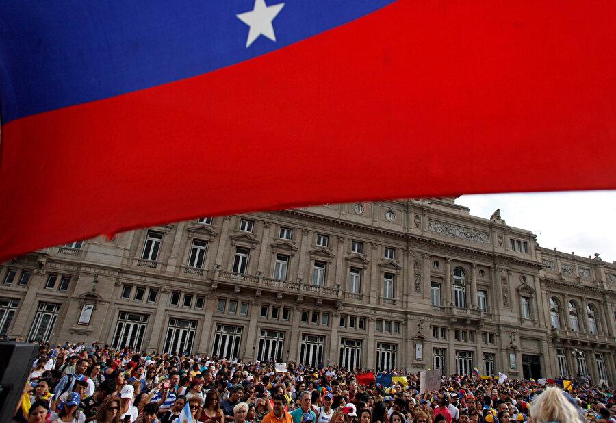 Ülke çapınca Maduro yanlısı gösterilere karşın muhalif gösteriler de düzenleniyor.