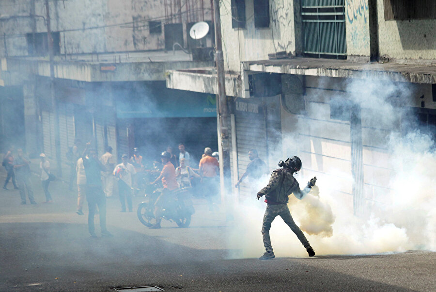 Venezuela Devlet Başkanı Nicolas Maduro karşıtları başkent Karakas sokaklarına çıktı. Polis ile protestocular arasında çatışmalar yaşandı. Polis olaylara biber gazıyla müdahale ederken eylemciler ise taş ve kaya fırlattı.