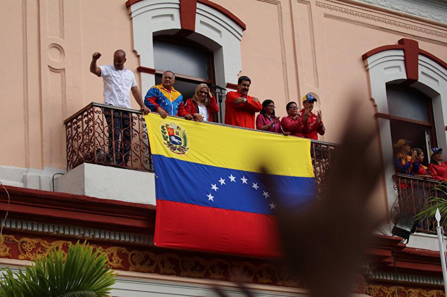 Venezuela Devlet Başkanı Maduro, başkent Caracas'ta muhalefetin düzenlediği gösterilere karşı Devlet Başkanlığı Sarayı önünde toplanan destekçilerine yaptığı konuşmada, ülkesinin ABD ile siyasi ve diplomatik tüm ilişkilerini kestiğini duyurdu.