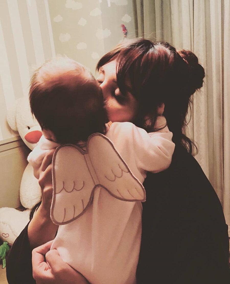 Şükran Ovalı ve kızı Mihran Ela Erkin.
