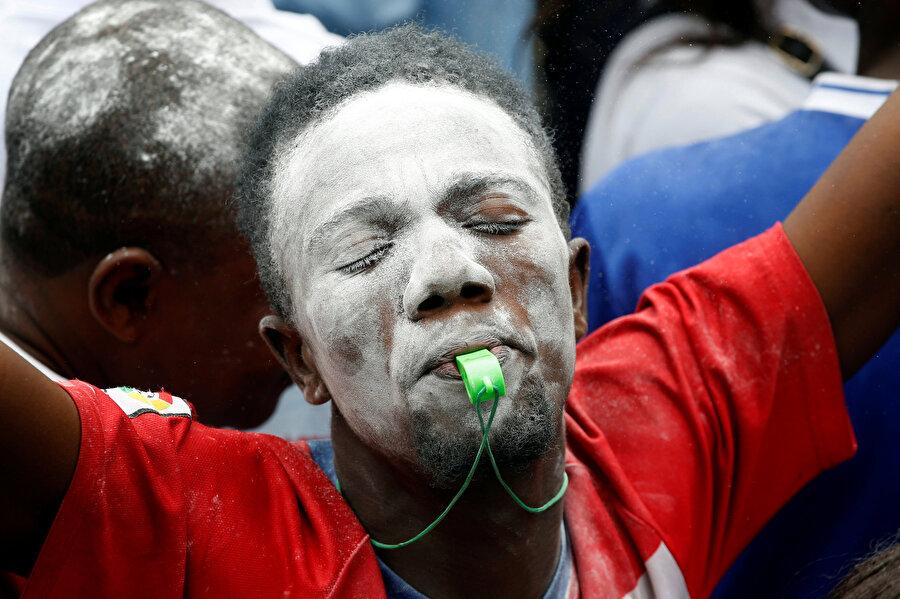 Kongolu bir vatandaş, seçim sonuçlarını kutluyor.