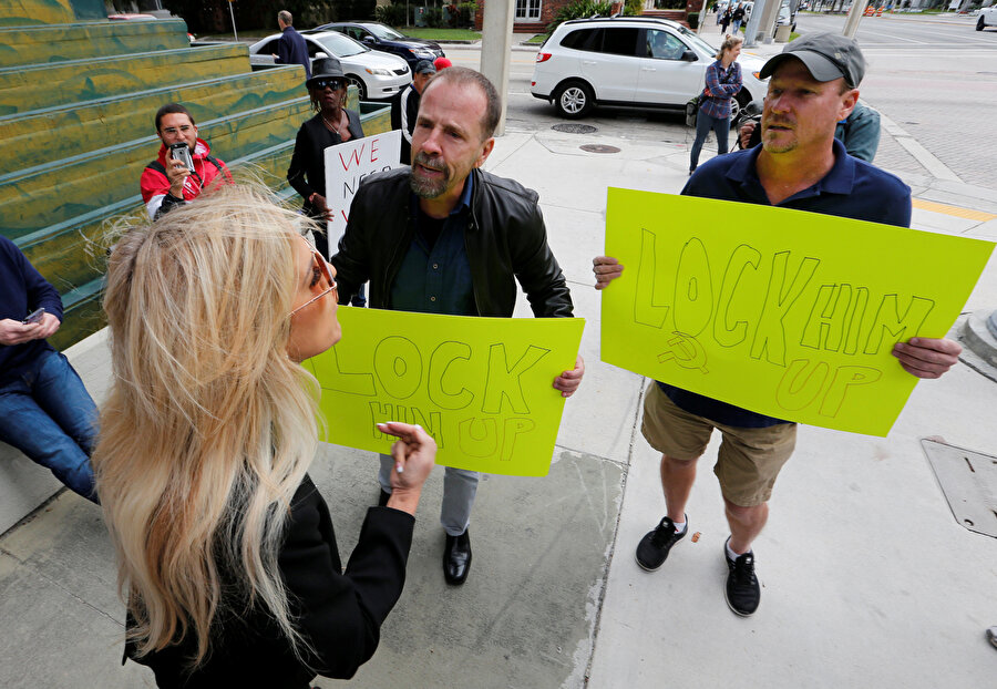 Bazı protestocular, seçim kampanyası sırasında Trump'ın destekçilerinin seçimdeki rakibi olan Hillary Clinton için e-mail skandalı sebebiyle kullandığı 'İçeri atın' sloganını Roger Stone için kullandı.
