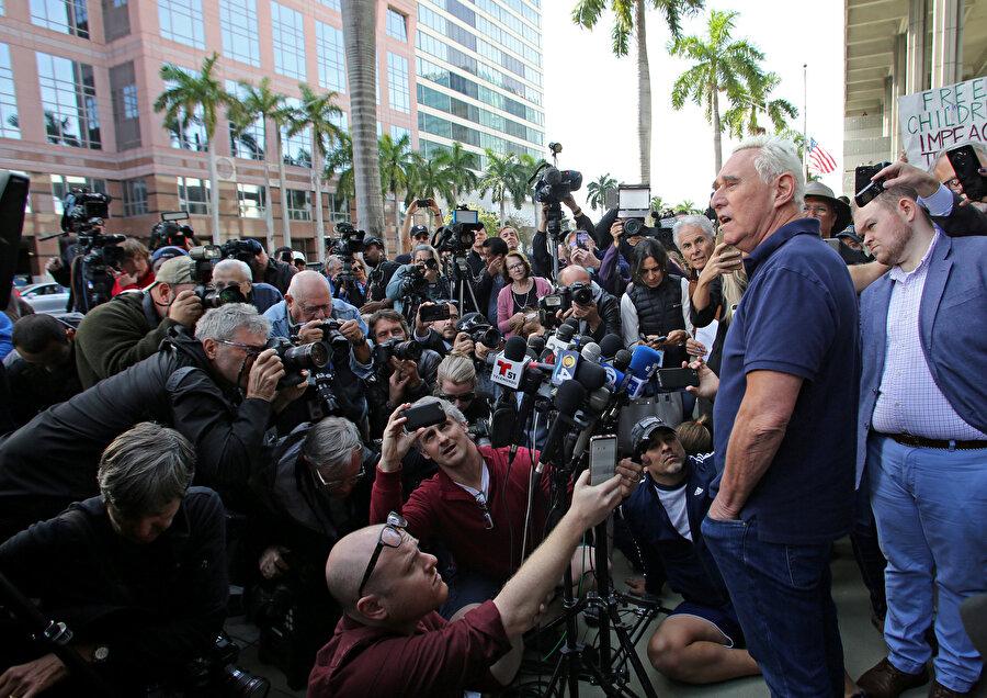 Roger Stone, basın mensuplarına açıklamalarda bulundu.