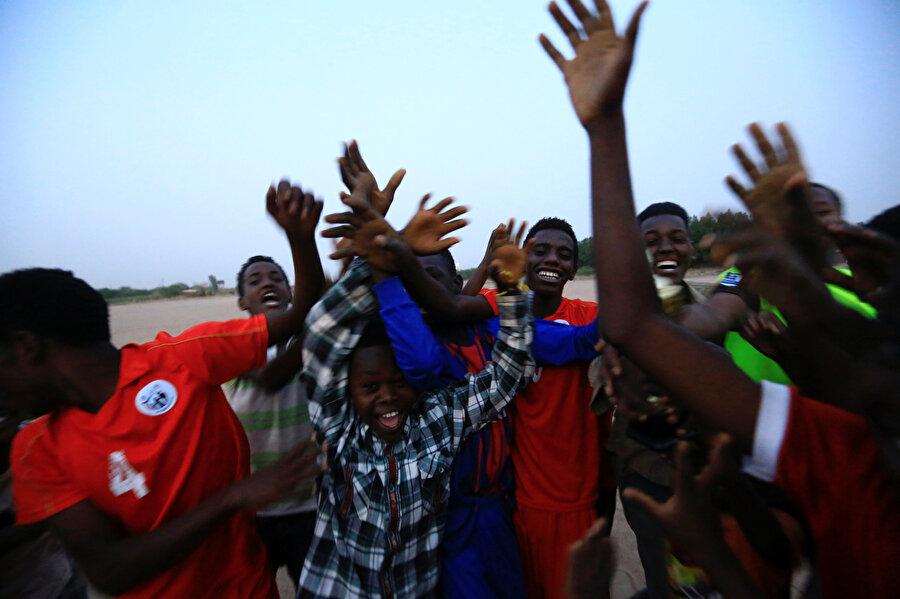 Sudan'da kameralara gülümseyen çocuklar.