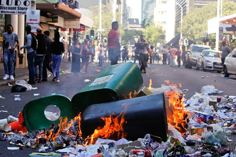 Orta Afrika krizinde çöp bidonları ateşe verilmişti.