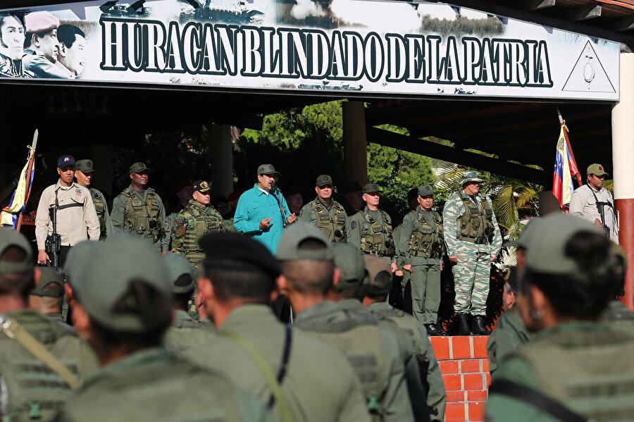 Venezuela Devlet Başkanı Maduro, Carabobo eyaletindeki 41. Zırhlı Tugayı ziyaret ederek güvenlik güçleri ile bir araya geldi.