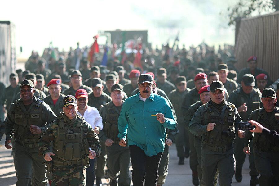 Devlet Başkanı Nicolas Maduro, askerlerin eğitim faaliyetlerini inceledi, kuvvet komutanları ile birlikte koşuya katıldı.
