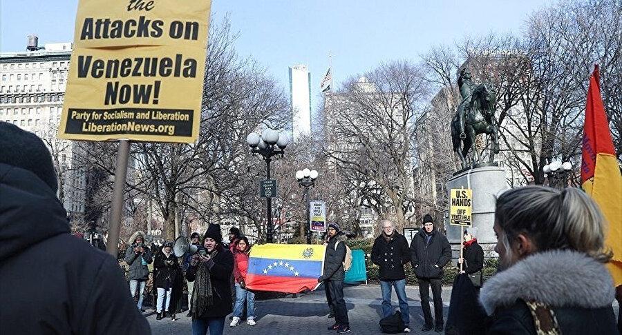 Venezuela bayrağı açan göstericiler, 'ABD, elllerini Venezuela'dan çek' sloganı attı.