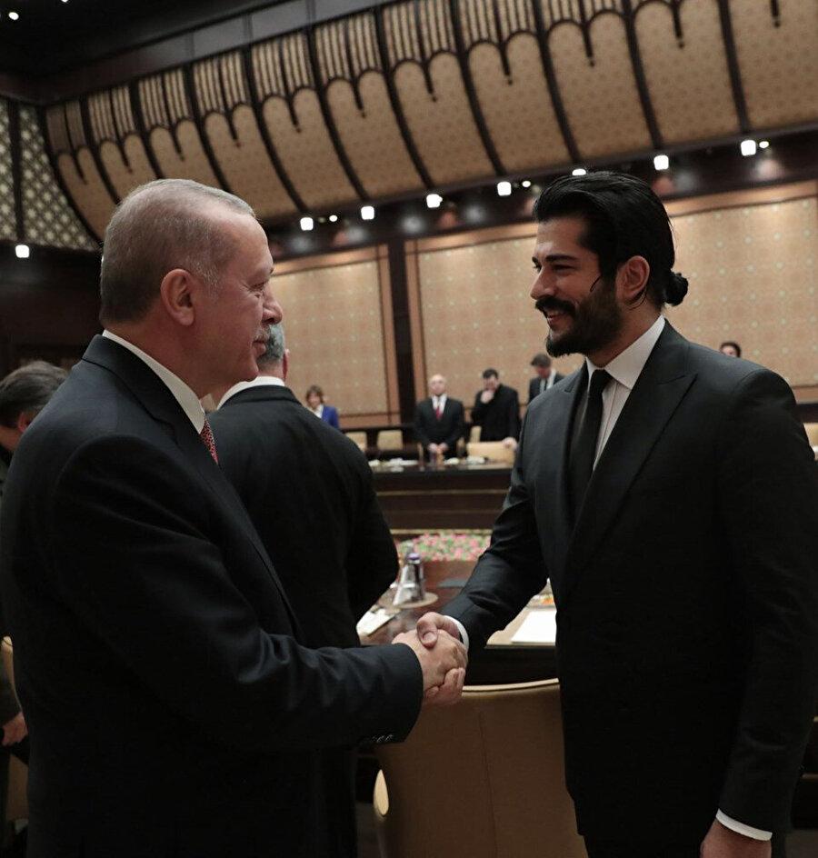 Diriliş Osmangazi rolünü oynayacağı kesinleşen Burak Özçivit'le Cumhurbaşkanı Erdoğan, diziyle ilgili kısa bir sohbet gerçekleştirdi.