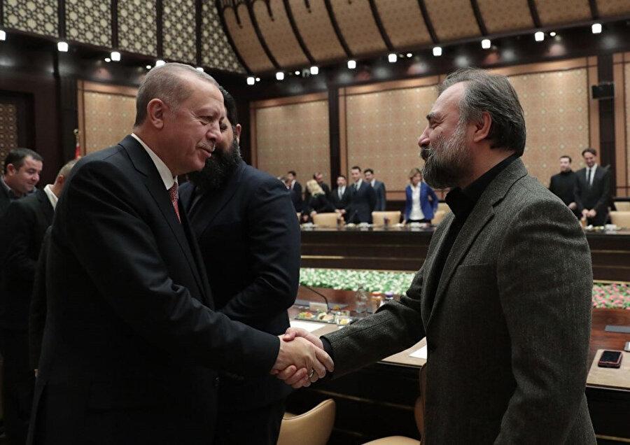 Eşkiyadan Dünyaya Hükümdar Olmaz dizisiyle iyi bir başarı ivmesi yakalayan oyuncu, Cumhurbaşkanı'nın düzenlediği toplantıda yer aldı.