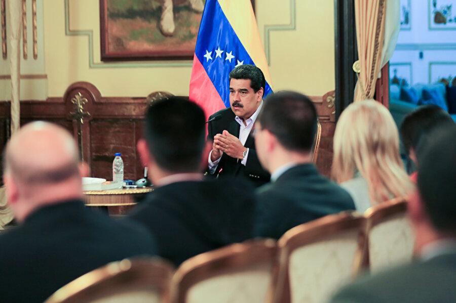ABD ile tüm diplomatik ilişkileri geçen hafta kesen Devlet Başkanı Maduro, bu ülkeden ayrılan Venezuelalı diplomatları başkent Caracas'taki Devlet Başkanlığı Sarayı Miraflores'de ağırladı.