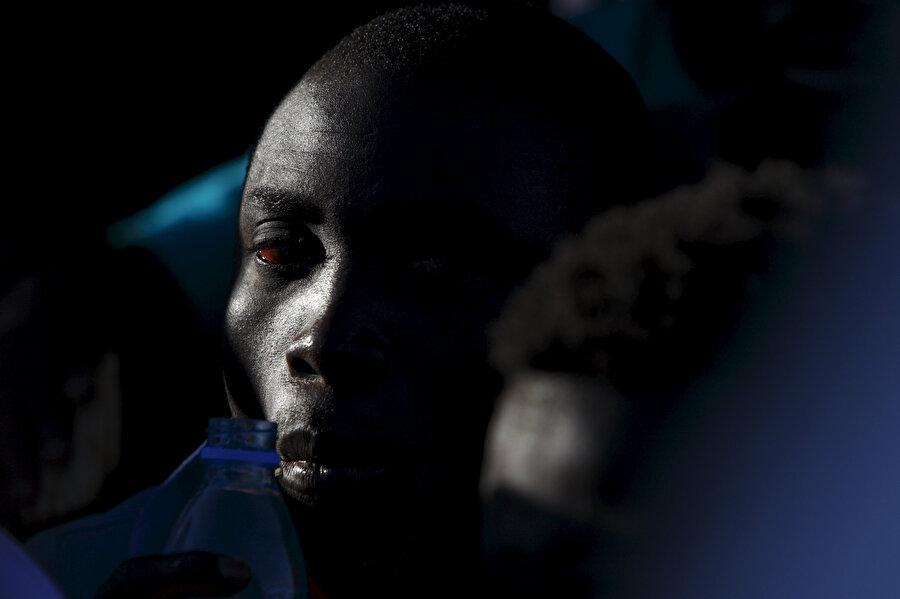 Botla yeni umutlara 'yelken açan' bir Afrikalı.
