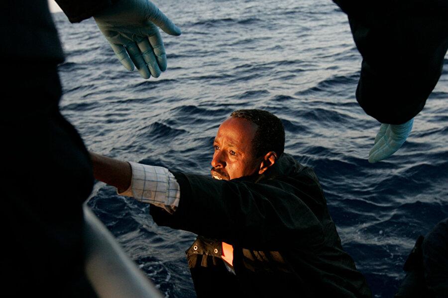 Batan bottan kurtarılan bir göçmen.