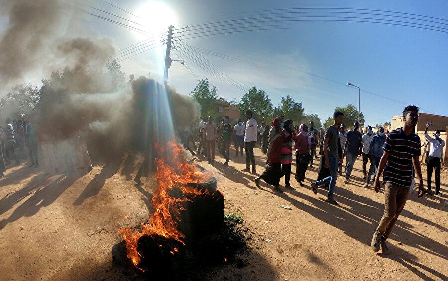 Sudan'daki gösteriler, 19 Aralık'ta hükümetin ekmek fiyatlarına zam yapmasının ardından Nil kıyısındaki Atbera ve Port Sudan kentlerinde başlamış ancak kısa sürede birçok eyalette rejim karşıtlığına dönüşmüştü.