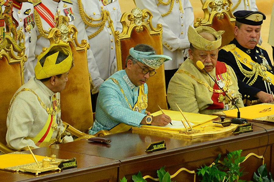 Törenden önce Yöneticiler Konferansı ile bir araya gelen Abdullah, krallık görevine dair resmi belgeleri imzaladı.
