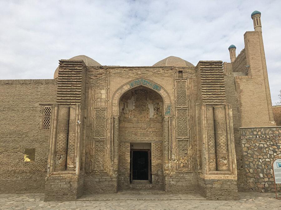 Kumlar altında kaldığı için Moğol yıkımından kurtulan Magak Attari Camii.