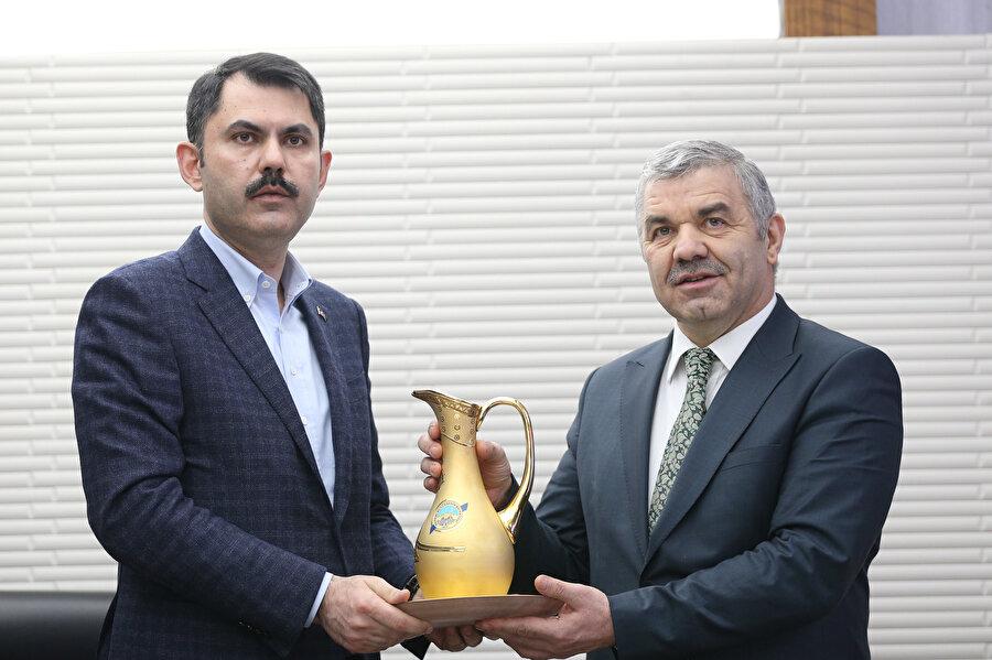 Çevre ve Şehircilik Bakanı Murat Kurum (fotoğrafta), Kayseri Büyükşehir Belediye Başkanı Mustafa Çelik'i makamında ziyaret etti.