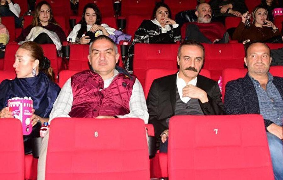 Bakan Ersoy ve Yılmaz Erdoğan filmi izlerken çekilmiş bir kare.