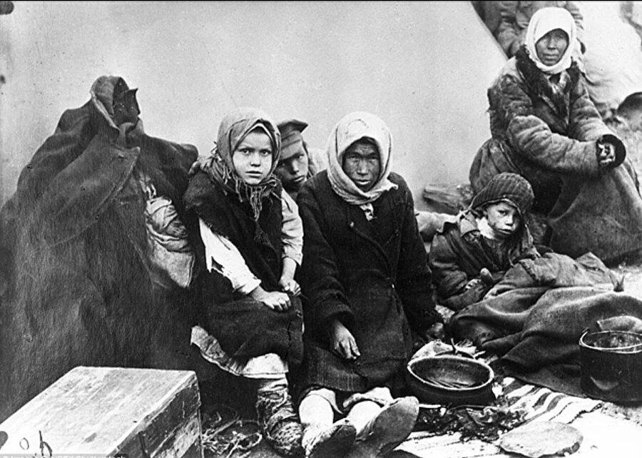 Kıtlıkla beraber o dönem baş gösteren ağır kış şartlarıyla da mücadele etmek zorunda kalan yüz binlerce Kazak hayatını kaybetti.