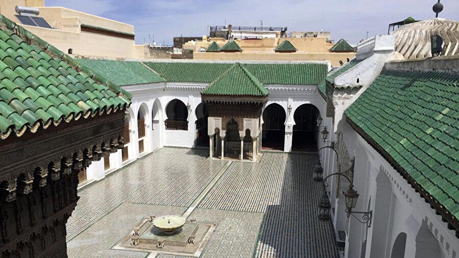 Fas'ın Fes kentinde bulunan Karaviyyîn Camii iç avlusu.