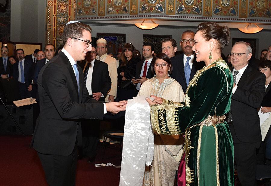 Beşinci Muhammed'in torunu Prenses Lala Hasene, Amerikan Yahudileri tarafından dedesi onuruna verilen nişanı teslim alırken, 2015.