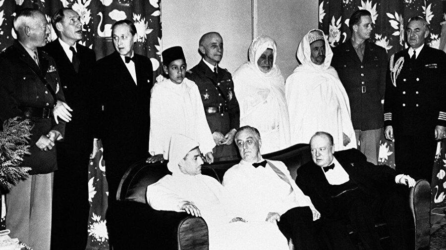 ABD Başkanı Franklik Roosevelt (oturanlardan, ortadaki) ve İngiltere Başbakanı Winston Churchill (oturanlardan, en sağda), Fas Sultanı Muhammed'in davetiyle Kazablanka'da.