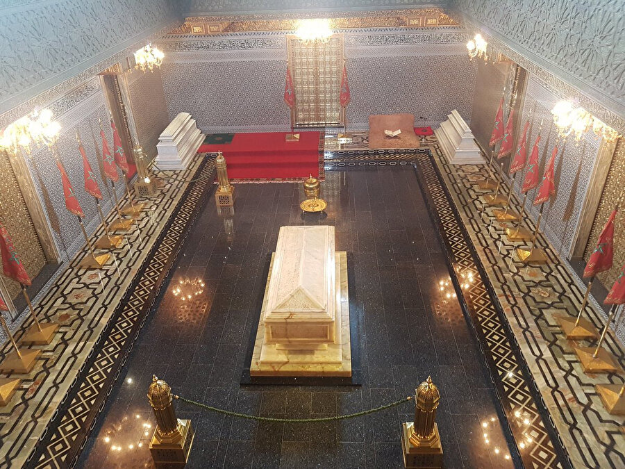 Fas'ın başkenti Rabat'ta Kral Beşinci Muhammed'in mozolesi (ortada). Kral'ın oğulları Hasan (solda) ve Abdullah da kendisiyle aynı mekânda yatmaktadır.