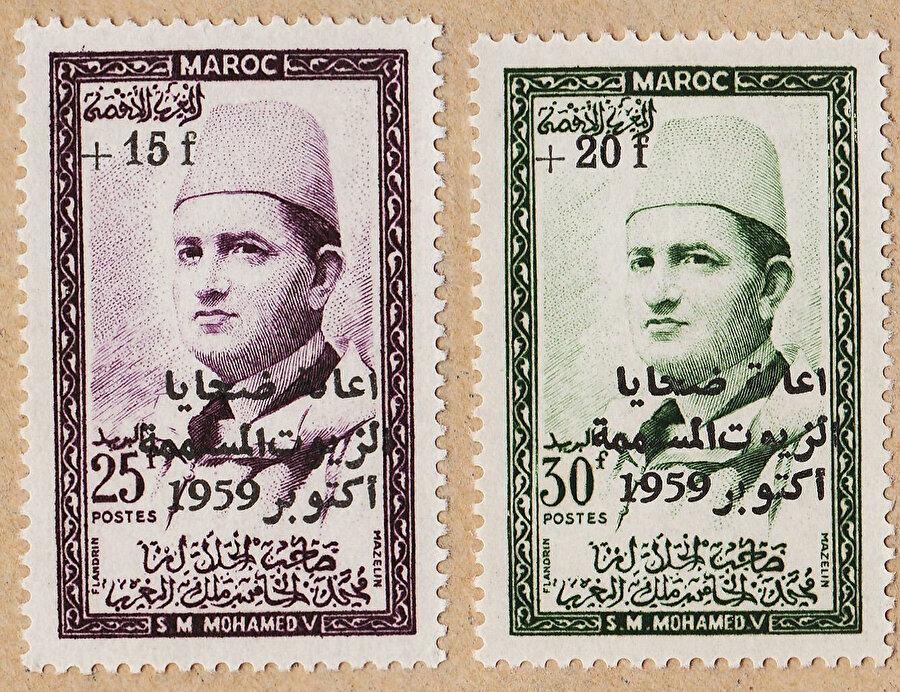 Kral Beşinci Muhammed'in fotoğrafını taşıyan posta pulları.
