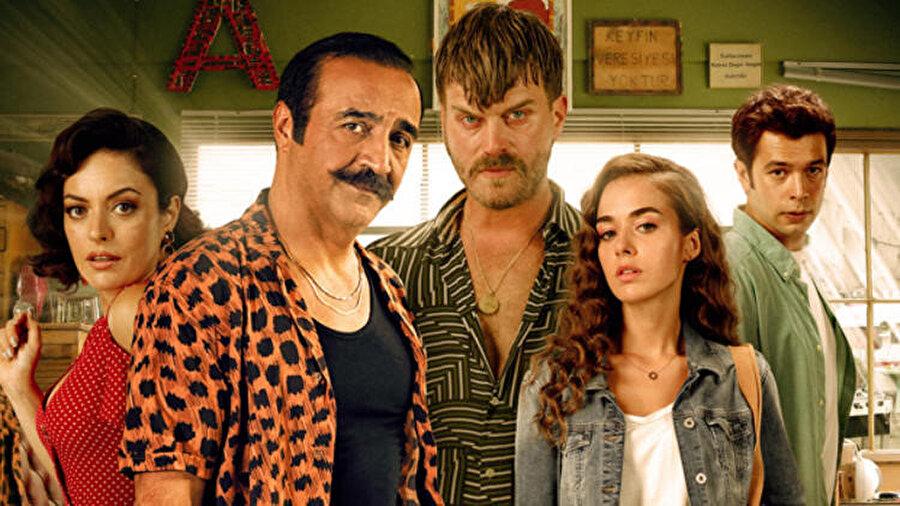 Organize İşler 2 filminin yönetmenlik koltuğunda oturan Yılmaz Erdoğan ayrıca filmde oyunculuk yaparken senaryosunu da yazan isim oldu.